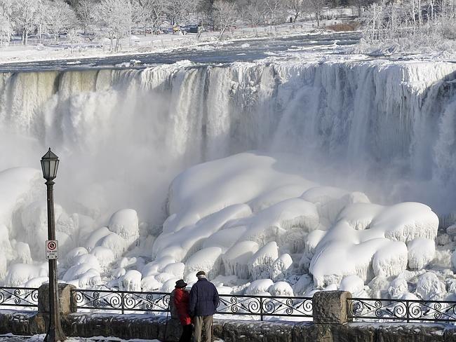 Ниагарский водопад вСША «замерз» при 10 градусах тепла